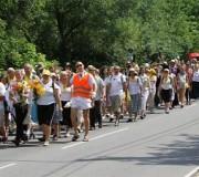 Pielgrzymi idący do sanktuarium